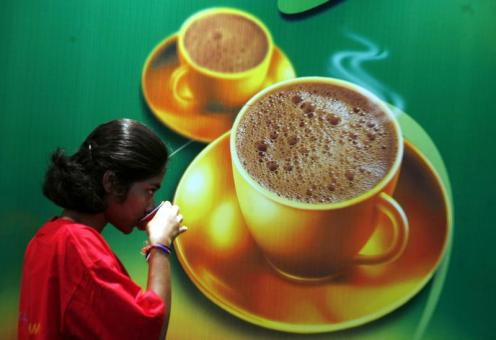 A visitor drinks coffee at the 'International Coffee Festival 2007' in the southern Indian city of Bangalore February 25, 2007. The three-day long coffee festival has around 100 delegates from fifteen countries. REUTERS/Jagadeesh Nv (INDIA) - GM1DURPKFSAA