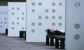 A businessman takes a nap on a bench in Tokyo June 8, 2007. Japan's weather is expected to stay mostly average to slightly warmer in the week from Saturday, the official weather forecaster said on Friday. REUTERS/Toru Hanai (JAPAN) - GM1DVLAKUHAA