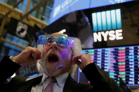 Trader Peter Tuchman reacts as the final day of trading for the year draws to a close at the New York Stock Exchange (NYSE) in Manhattan, New York, U.S., December 29, 2017. REUTERS/Andrew Kelly TPX IMAGES OF THE DAY - RC13EDDEBD20