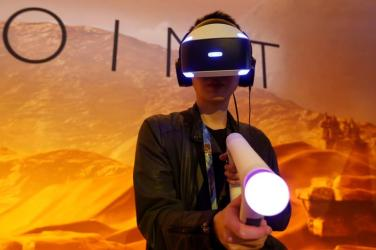 A man plays Sony Playstation's Farpoint Impulse Gear Virtual Reality game at the E3 Electronic Expo in Los Angeles, California, U.S. June 14, 2016. REUTERS/Lucy Nicholson - S1AETJYALHAA
